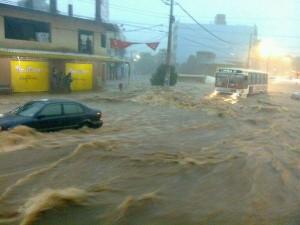 En tan solo minutos de intensa lluvia, las calles de Asunción se convierten en una trampa mortal.